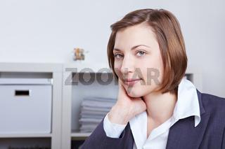 Elegante Geschäftsfrau im Büro