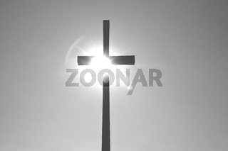 Kreuz im brennenden Sonnenlicht