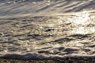 Reflektierendes Sonnenlicht am Sandstrand