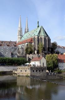 Lausitzer Neisse und Pfarrkirche St. Peter und Paul in Görlitz