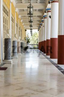 Säulengang im Achilleion auf Korfu, Griechenland