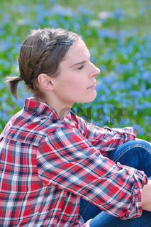 Schöne Frau auf Frühlinmgswiese sitzend