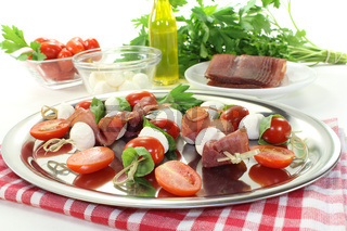 frische Tomaten-Mozarella-Schinken-Spieße