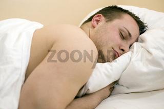 junger Mann im Bett