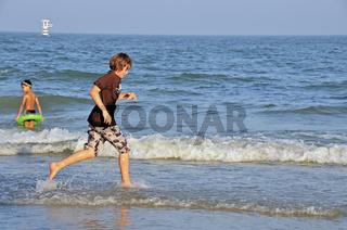 Elfjähriger Junge am Strand, Hua Hin, Thailand, Asien