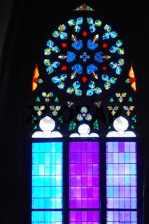 hell und bunt leuchtende kirchenfenster mit verzierungen in wien