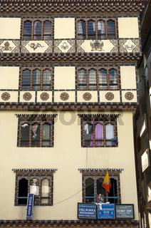 Fassadendekoration mit verzierten Fenstern,Thimphu