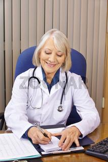 Ärztin macht sich Notizen auf Notizblock
