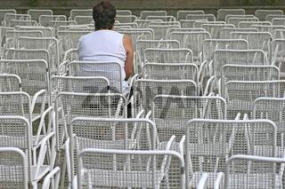 Weiße Stühle vor einer Bühne