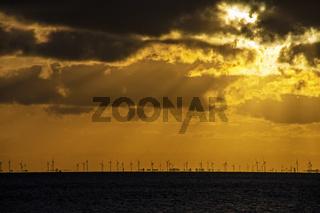 Windenergieanlagen in der Elbmündung  bei Sonnenaufgang