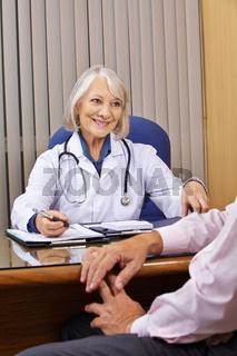 Ärztin redet mit Patient in Sprechstunde
