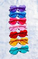 Bunte Sonnenbrillen in Herzform