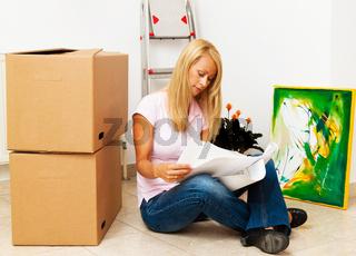 Frau mit Plan in neuer Wohnung