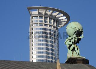 Atlas und Hochhaus in Frankfurt