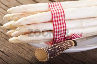 Bund Spargel mit Messer in einer Schale