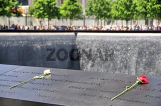 Gedenkstätte World Trade Center, Südbecken, die Namen der Opfer sind auf Bronzebändern, die die Becken umranden, eingefräst, 9-11 Memorial, Ground Zero, Financial District, Manhattan, New York City, USA, Nordamerika, Amerika