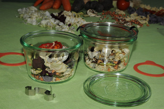 Gläser mit Gemüsesuppe konservieren
