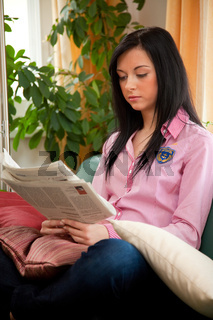 Junges Mädchen lernt konzentriet ihre