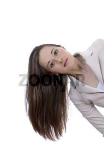 Junge hübsche Frau lässt Haare fallen