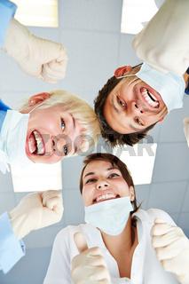 Ärzte jubeln nach erfolgreicher Operation