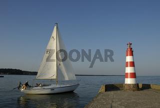 Segelboot am Molenfeuer in Nida