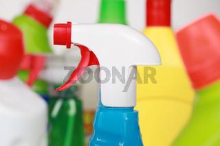 Reiniger in Plastikflaschen