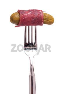 Breasola Rinderschinken mit Gewürzgurke und Gabel