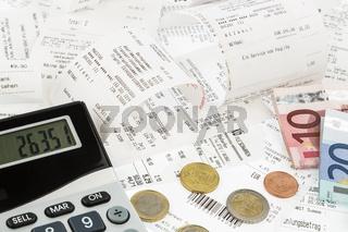 Taschenrechner, Kassenbons, Geldscheine