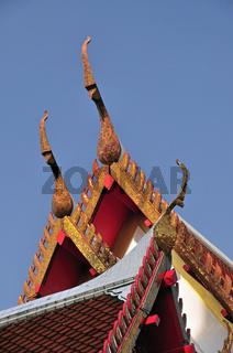 Giebelfeld mit Chofahs, wörtlich Himmelsbüschel, charakteristische architektonische Verzierungen auf Dächern von buddhistischen Gebäuden, Wat Chana Songkhram, Banglampoo, Bangkok, Thailand, Asien