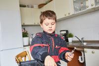 Junge sortiert Werkzeug im Werkzeugkasten