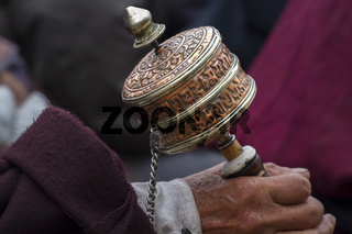 Ladakhi mit tibetischer Gebetsmühle, Ladakh