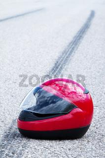 Unfall mit Motorrad. Verkehrsunfall mit Bremsspur