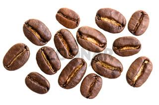 viele Espressobohnen vor weißem Hintergrund