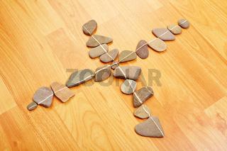 Steine mit Linien bilden ein X