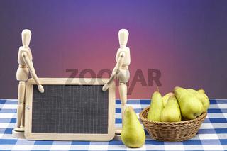 Korb mit Birnen, Gliederpuppen und Schiefertafel