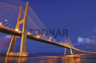 Lissabon: Ponte Vasco da Gama bei Nacht
