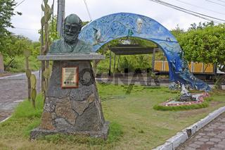 Denkmal fuer Charles Darwin,  Insel Santa Cruz, Galapagos , Unes