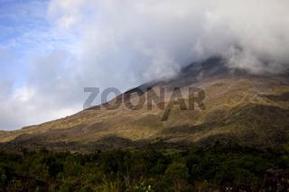 Wolken über dem Vulkan Arenal beim Ort La Fortuna