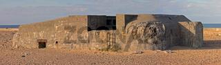Panorama eines alten Bunkers in der Sonne am Strand in Dänemark