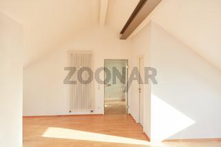 Tür und Heizung in leerem Raum von Dachgeschosswohnung