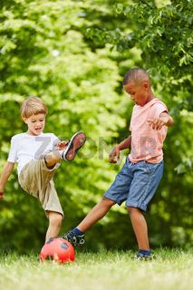 Zwei Jungen spielen Fußball im Verein