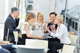 Leute reden über Business draußen im Café