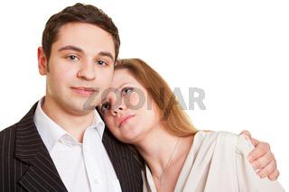 Frau lehnt sich an Mann