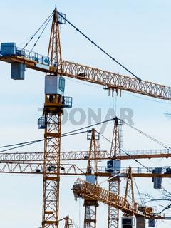 Mehrere Baukräne auf Baustelle