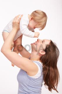 Mutter und Kind spielen zusammen