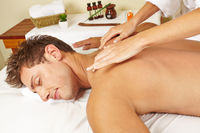 Mann bekommt Massage im Day Spa