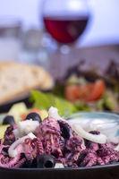 Oktopus und tsatsiki auf einem blauen Teller