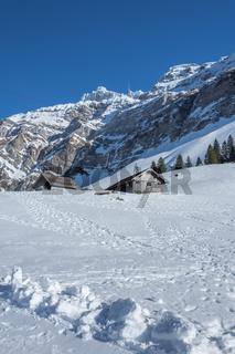 Almhütten und Alpsteinmassiv mit Säntis im Winter, Kanton Appenzell-Ausserrhoden, Schweiz