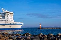 Mole an der Küste der Ostsee mit Fährschiff in Warnemünde