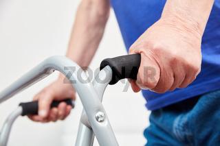 Hände von Senior an Gehgestell